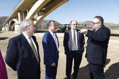 Lambán y Sánchez Quero visitan las primeras obras para el arreglo del puente de Gelsa