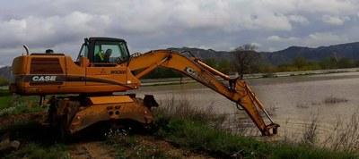 Las máquinas de la Diputación de Zaragoza trabajan para proteger los municipios ribereños de la riada del Ebro