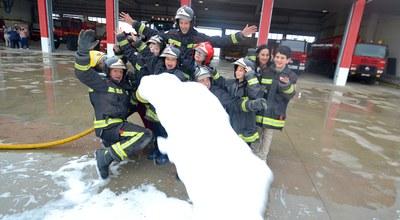Los bomberos de la Diputación de Zaragoza colaboran con un calendario solidario de la asociación Pierres de Tarazona