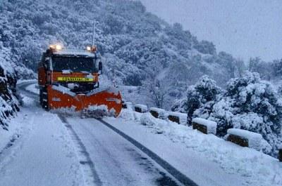 Los bomberos de la Diputación de Zaragoza despejan las carreteras de la provincia afectadas por el temporal de nieve