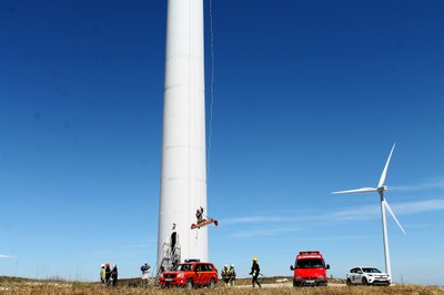 Los bomberos de la Diputación de Zaragoza realizan un simulacro de rescate de una víctima en un aerogenerador