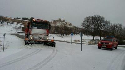Los bomberos de la DPZ despejan las carreteras de la provincia afectadas por las nevadas