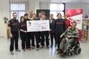 Los bomberos de la DPZ entregan a la Fundación Aragonesa de Esclerosis Múltiple los 17.000 euros recaudados con su calendario