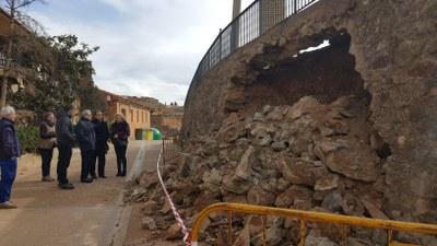 Sánchez Quero visita los daños producidos por el derrumbe de un muro en Villalengua