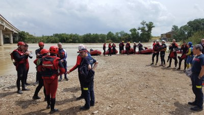 Bomberos de Aragón, Navarra, Guipúzcoa y Francia participan en unas prácticas conjuntas de rescate acuático en El Burgo