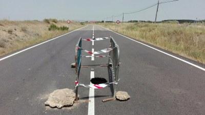 Una nueva sima obliga a cortar la carretera provincial que conecta Luceni y Boquiñeni